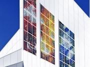 Una catedral tiene vitrales con fotovoltaica integrada