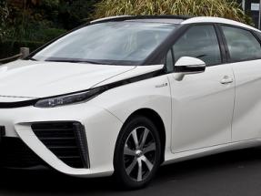 Los parlamentarios europeos prueban el vehículo eléctrico de hidrógeno Toyota Mirai